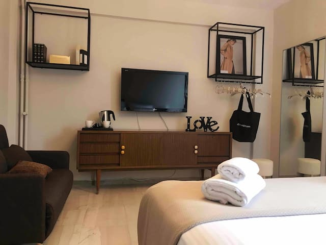 Cozy Studio near Metro Station Dafni