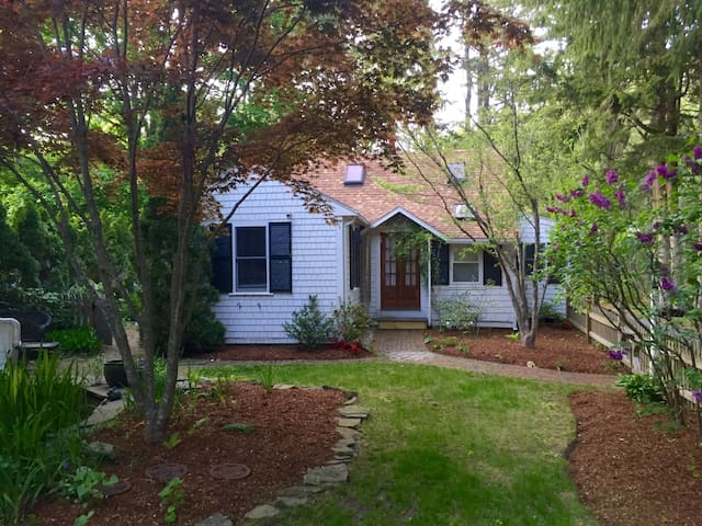 Cottage in heart of seaside town - Duxbury