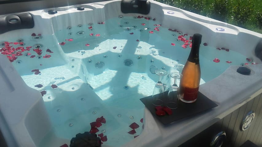 Nuit romantique avec spa et bouteille de champagne