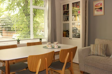 Bright and comfortable one bedroom flat in Ealing