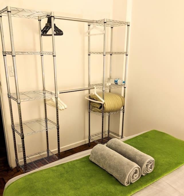 Quarto 1 - O armário estará vazio apenas com alguns cabides e prateleiras a sua disposição pra usar.