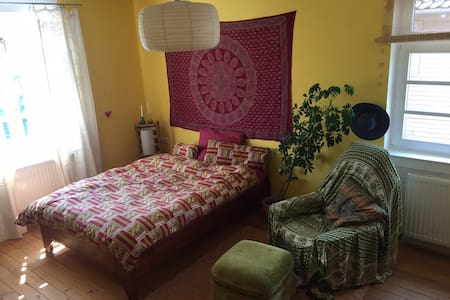 Lovley & sunny privat room with backyard