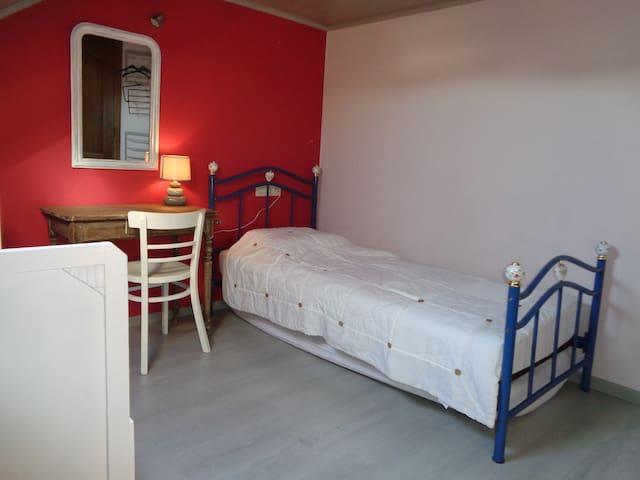 Chambre 2 avec 1 lit d'une personne (avec possibilité de barrière de sécurité pour enfant) et un lit cage pour enfant de 0 à 5 ans