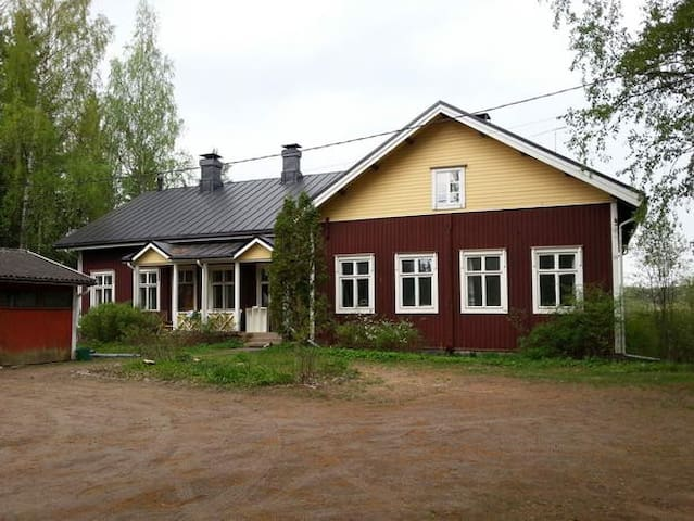 Old wooden village school, traditional building - Tuusula - House