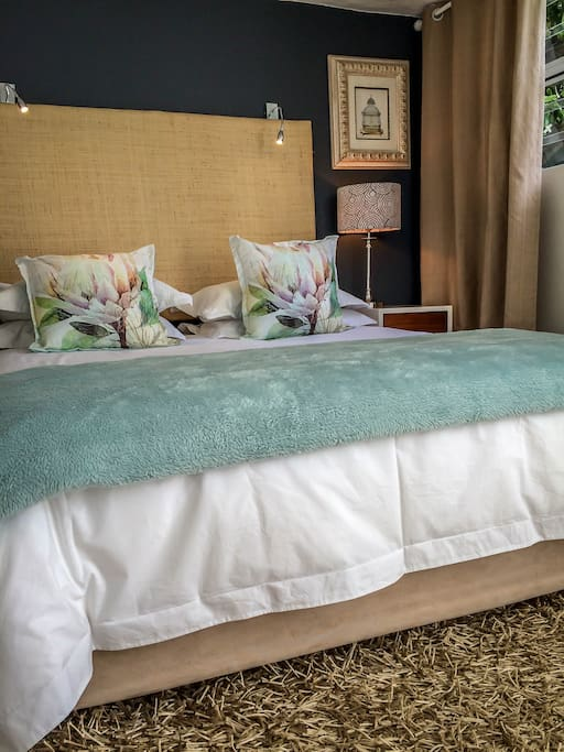 Queen bed with view to the garden