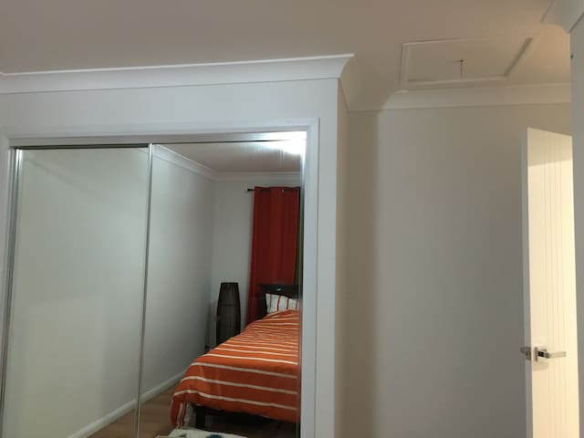 Private room in the heart of Belconnen, NBN wifi..