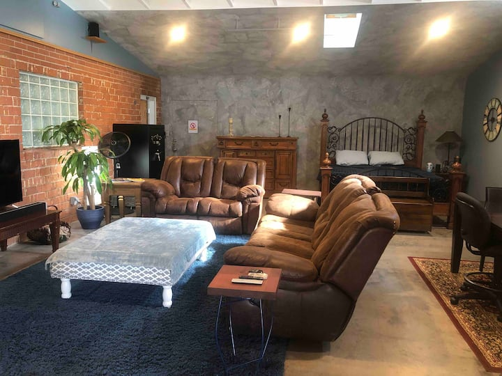 Huge Suite!! - 8 Minutes to DT, Old-Town & Airport