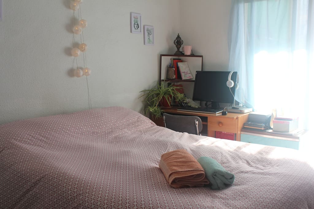 Esta esla habitación, está junto a la teraza, así que tiene mucha luz natural.   This is the bedroom, it's located next to the terrace so it has beautiful light. There's plenty of space in the closet for your things, I think you'll be very comfortable.