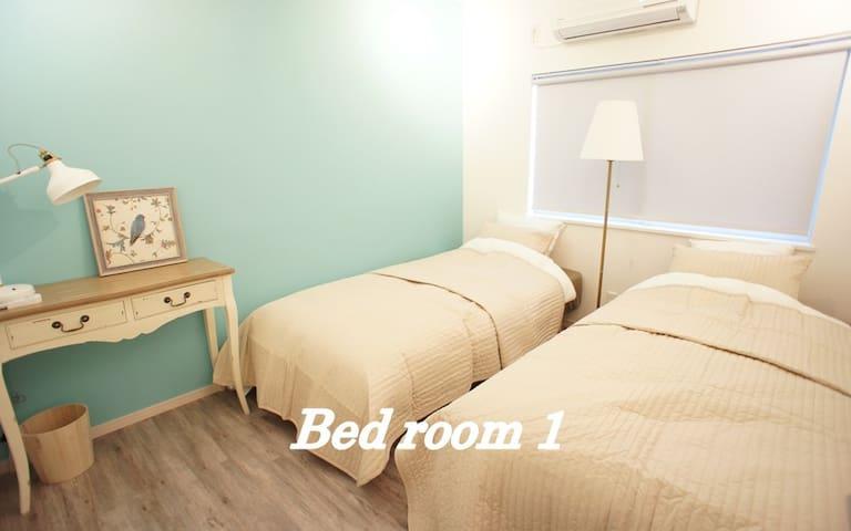 【ベッドルーム1】デスクのあるお部屋です。ふかふかのベッドでお休みください。