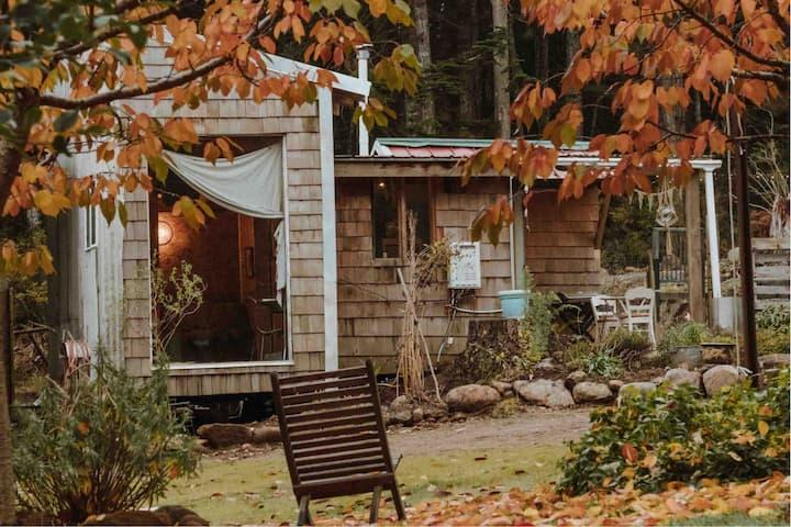 ★ Ad Hoc Tiny Shack ★ A rustic island mini house