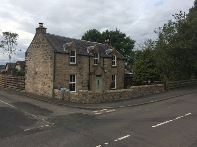 TRADITIONAL 1860 SCOTTISH COTTAGE in small village - Slamannan