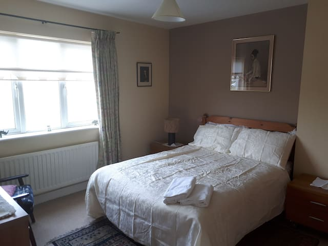 Private double bedroom available in family home.