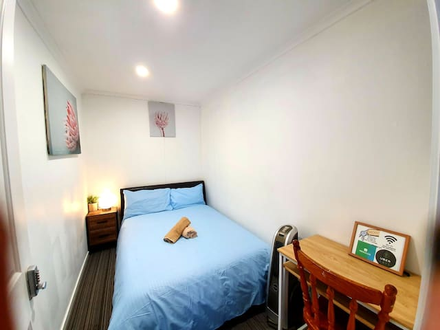 Family Airbnb Double Rm B- 10 mins to airport