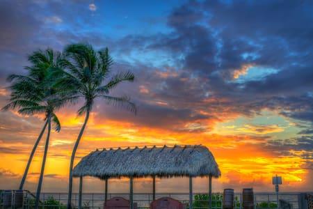 STEPS TO THE BEACH - West Palm Beach - Selveierleilighet