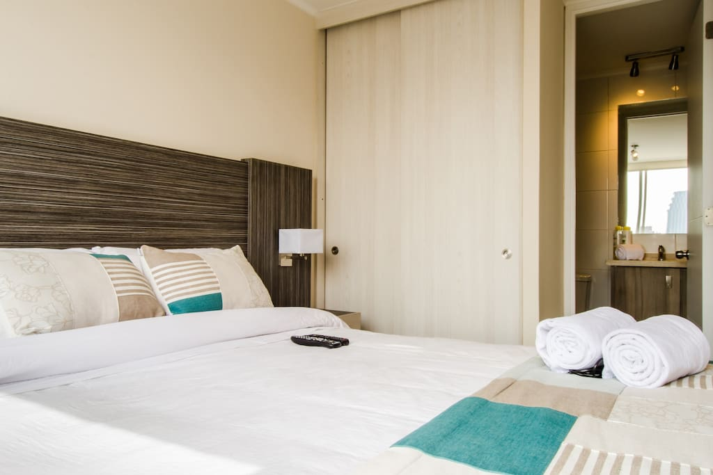 Dormitorio con baño en Suite / Suite