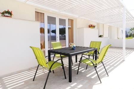 Bel appartement à Marina Di Ragusa avec terrasse privée