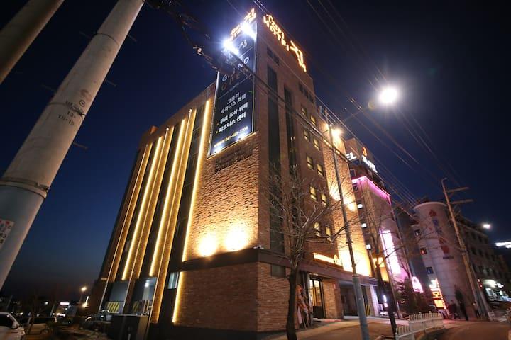출장에 최적화된 신축 대산비지니스호텔 집(레스토랑, 피트니스센터, 테라스, 세탁실)