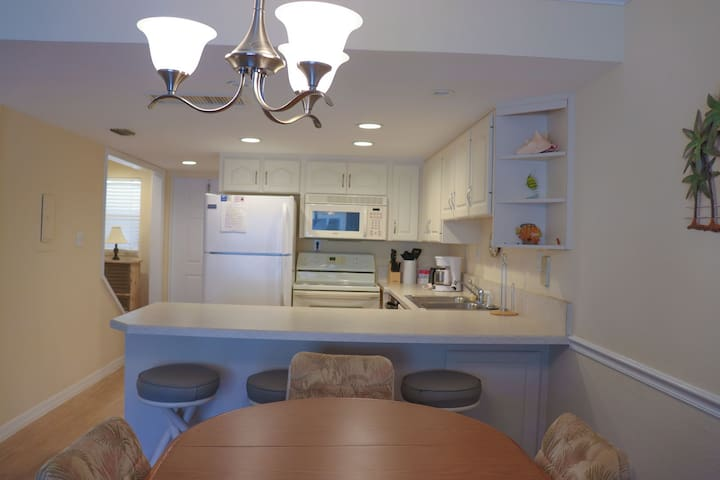 Dining/breakfast bar through to the kitchen