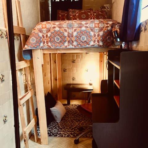 Acogedora habitación tipo camarote con sala Zen