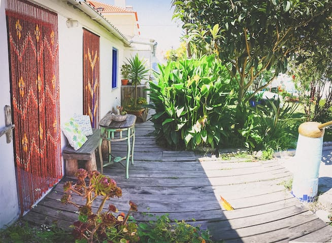Tiny house in Baleal with garden