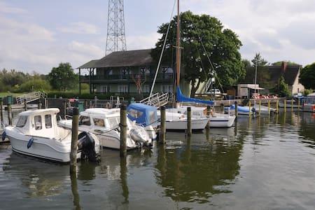 FeWo 47,35 m² direkt am Wasser vis a vis Usedom - Bugewitz