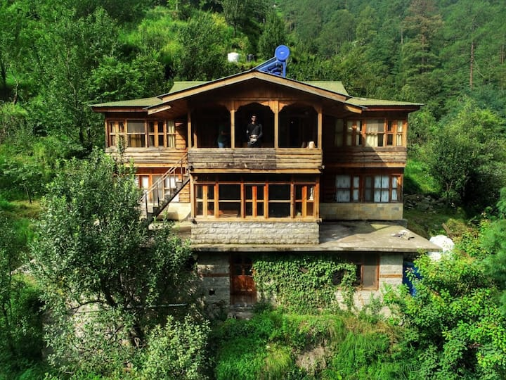 Family room:The Green Orchard House@Tirthan Valley