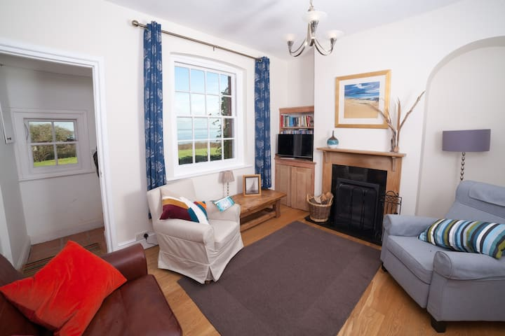 Cottage by the beach with fantastic sea views - Freshwater - Ev