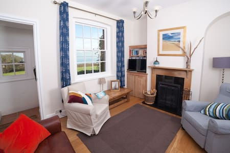 Cottage by the beach with fantastic sea views - Freshwater - Haus