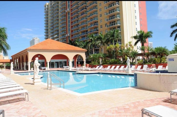 Private room 3 guess,pool,Parkin,sunny Isles Beach