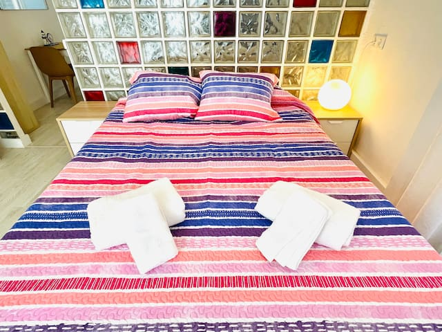 - Amplia cama de matrimonio colchón viscoelástico de 1,50 m - Spacious double bed, viscoelastic mattress of 1.50 m