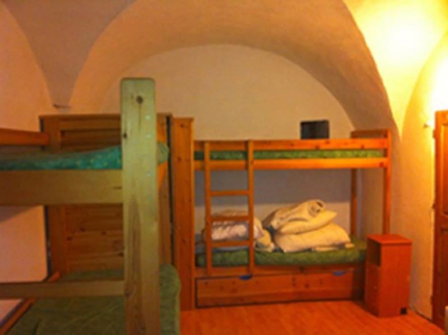 LA grande chambre avec deux lits superposés dont un peut faire lit double