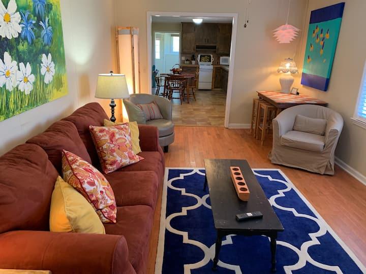 Retro Ranch-Clean, cozy, 🐩🐈👍 w/1 acre yard!