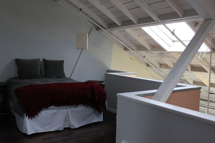 Cozy, Friendly, Industrial 3-level Loft! - Oakland - Loft