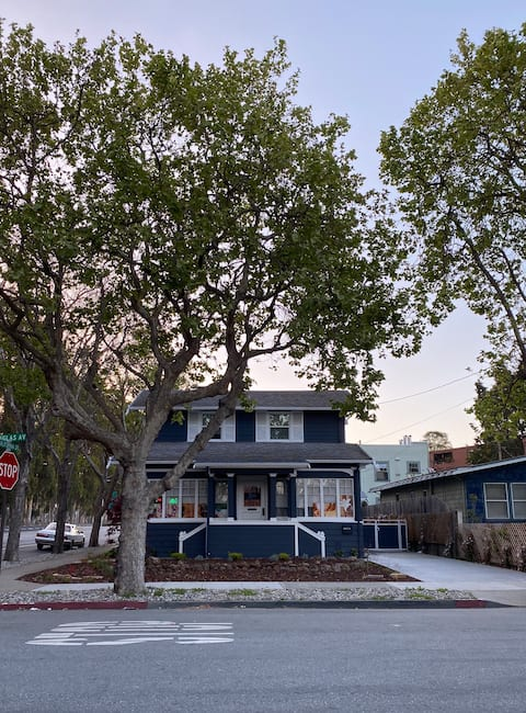 Cozy living, a block from downtown Burlingame