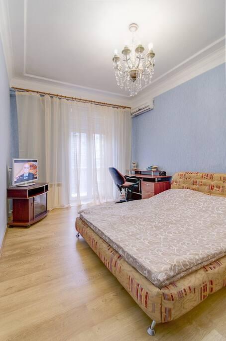В комнате находится двуспальная кровать,телевизор,шкаф. И есть рабочее место,где можно удобно разместить компьютер и поработать)
