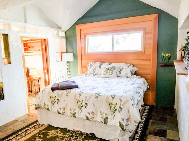 Bedroom with King Gel Mattress