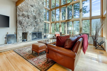 Lovely home w/ Black Butte view, large deck & shared hot tubs, pools & more!