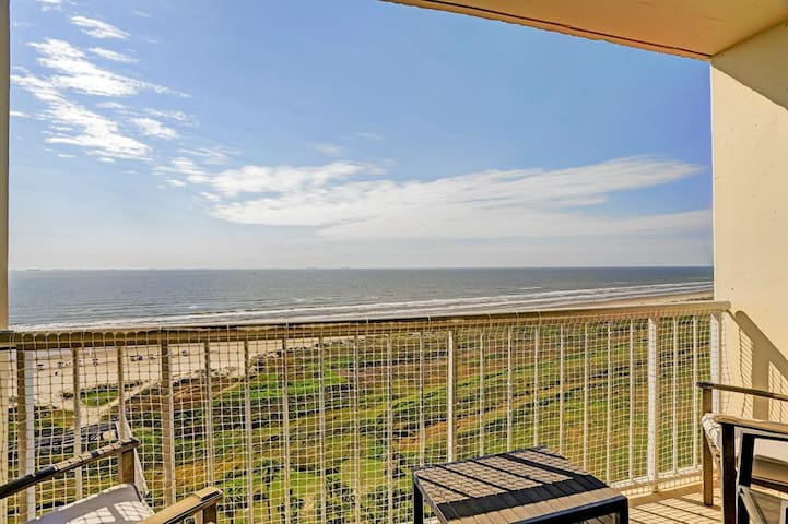 Galvestonian 1002-Beachfront Getaway is a 2/2, sleeps 6!