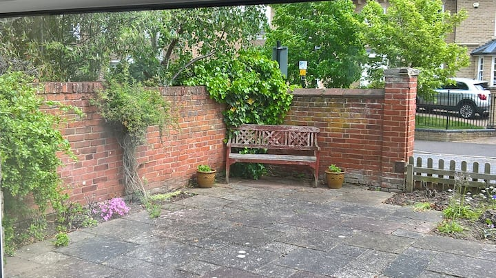 Ground floor flat walking distance from centre