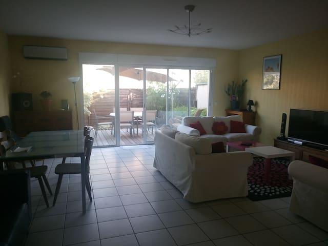 Chambre et espace commun dans villa avec terrasse
