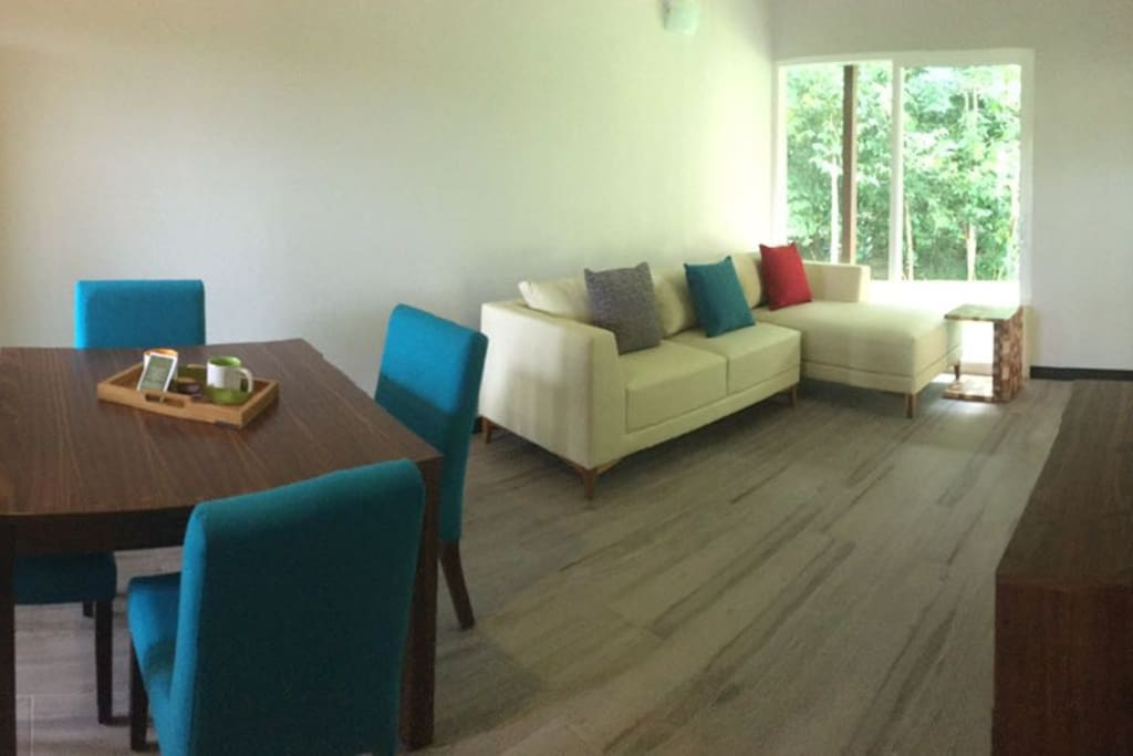 Sala/comedor para 4 invitados. Living room for 4 guests.