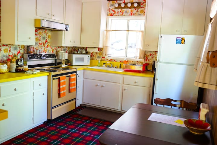 Lindhaven: 1970's Vintage Hip Retreat+Walk to Town