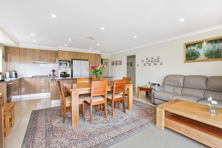 Modern family home, 12 mins drive from city centre - Franklin - Huis