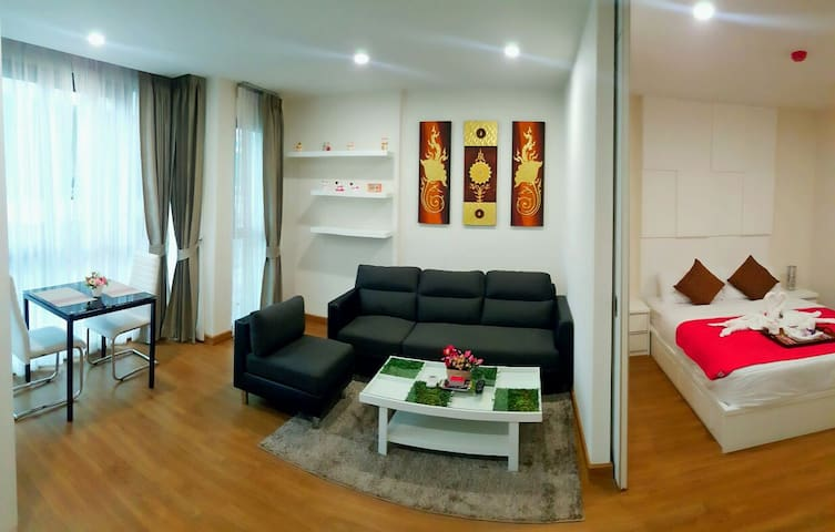 1 bed room .1 living room with kitchen, 46 sqm use area.(much more spacious than those 30 sqm )46平方使用面积(比那些30几平的宽敞多了)