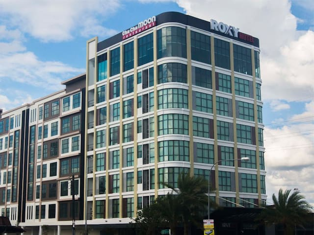 Roxy Hotel & Apartments By The City