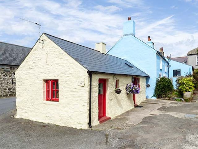 FFYNNON TOM, character holiday cottage in St Davids, Ref 8725