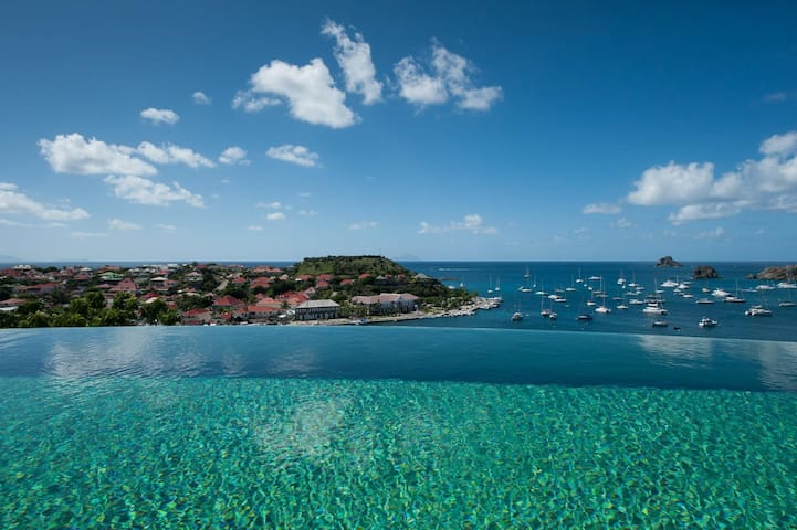Breathtaking Views of the Harbour, Infinity Edge Pool, Lounge Areas, Fitness Room, Free Wifi