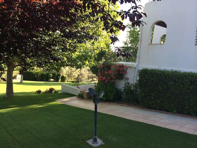 Στούντιο σε κήπο 4000τμ με θέα τον Εβοικό - Malakonta - Guesthouse