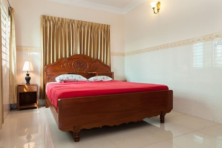 H. Top floor room, own shower+WC - Phnom Penh - Talo