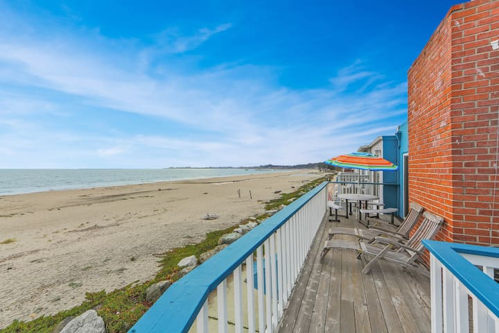 Upper-level beachfront duplex w/direct beach access & ocean views